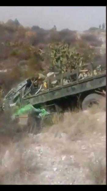 Video: Camión militar se vuelca en la Puebla-Orizab, reportan dos fallecidos