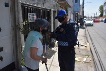 Iztapalapa: Policías auxilian a adulta mayor, no encontraba a familiares tras vacunarse en FES Zaragoza