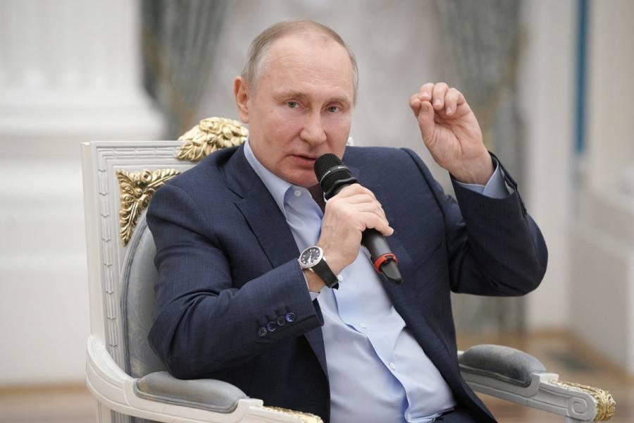 Vladimir Putin firma la ley que le permite optar a dos mandatos más en Rusia