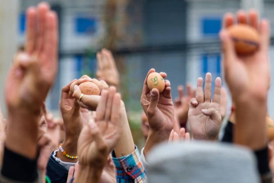 Denuncian represión política en Birmania con mensajes en huevos de Pascua