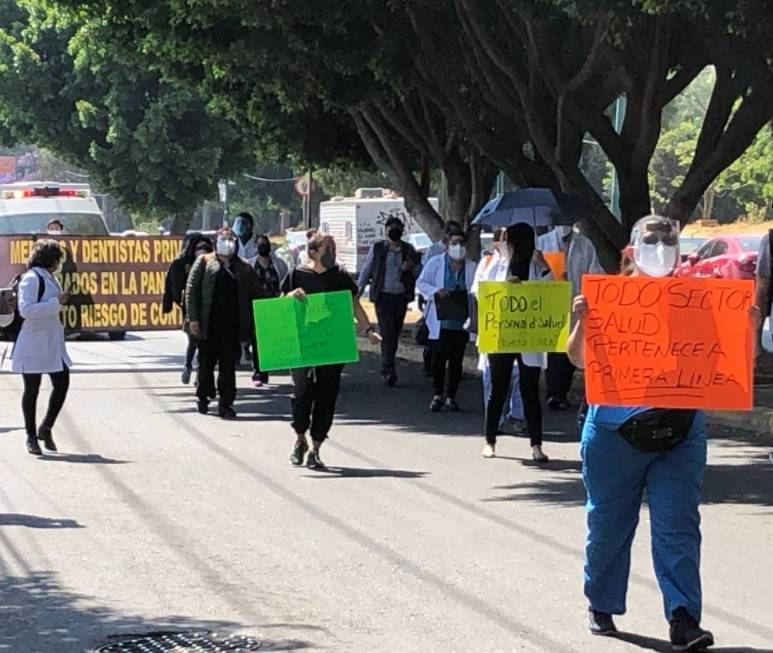 Médicos de hospitales privados bloquean Tlalpan exigiendo ser vacunados