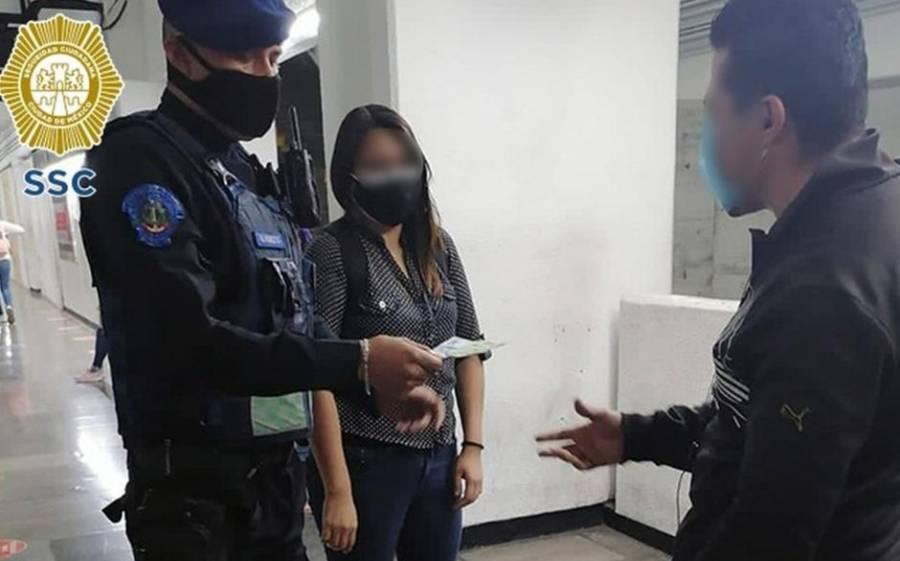 Mujer encuentra fajo de billetes en el Metro y lo devuelve a su dueño