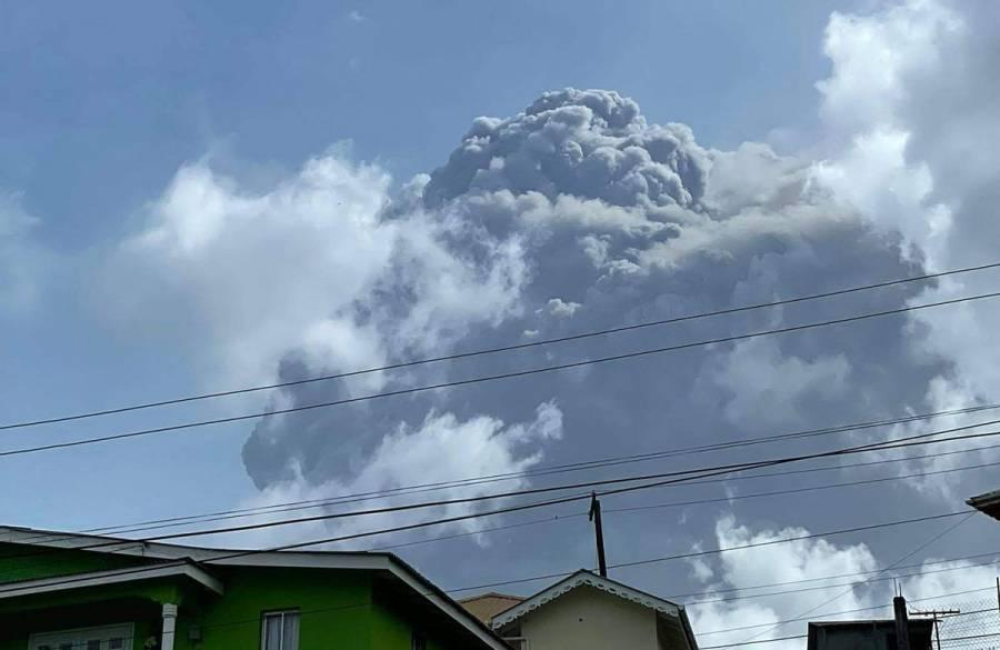 Miles de evacuados tras erupción de volcán en San Vicente y las Granadinas