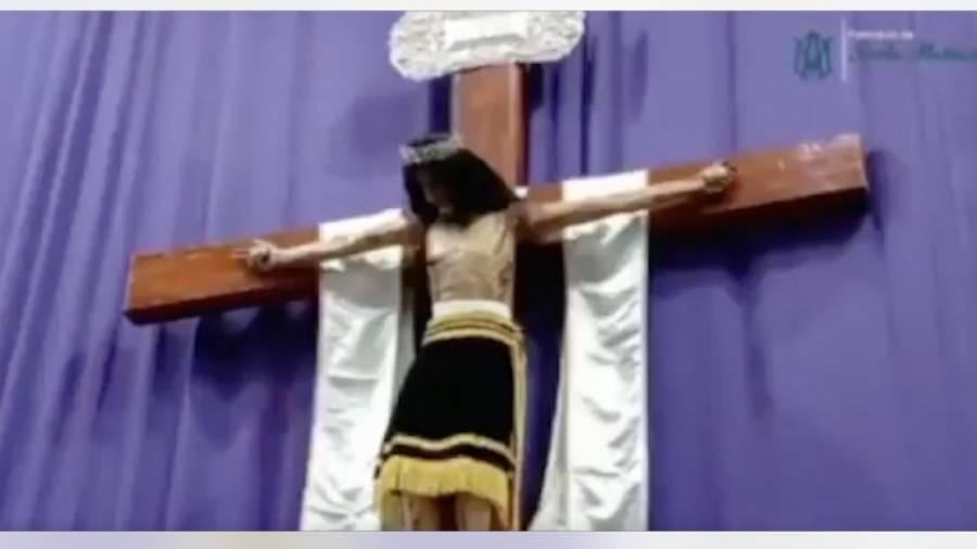 Captan a una figura de Cristo moviendo su cabeza durante una misa en Puebla