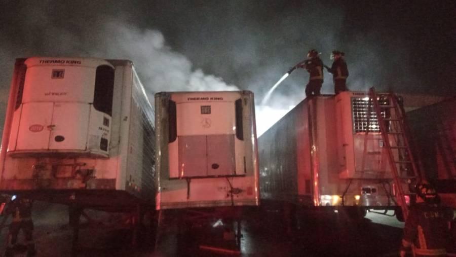 Incendio consume tres contenedores de tráiler en la Central de Abasto