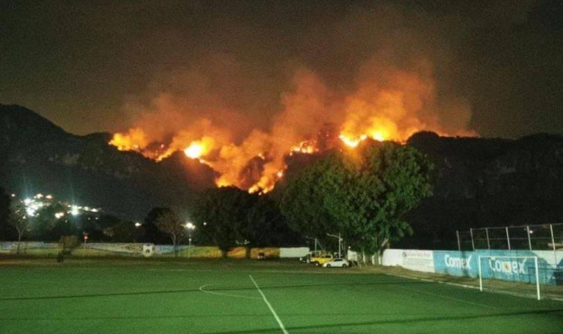 Incendio en Tepoztlán se extiende a cerros de San Juan Tlacotenco