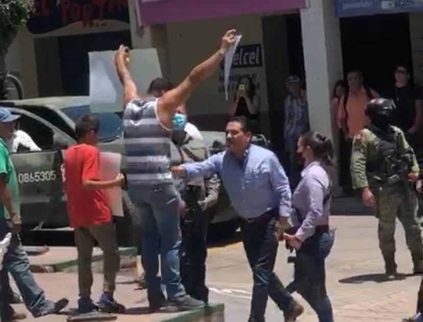 Video: Con el Ejército cuidando las espaldas, Silvano Aureoles agrede a manifestantes