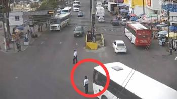 Video: En Toluca, autobús atropella a policía de tránsito