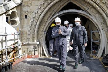 Emmanuel Macron visita catedral Notre Dame a dos años del incendio