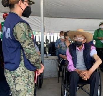 Luis Echeverría acusado de la matanza del 68 reaparece para vacunarse