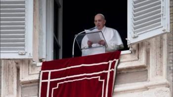 Pronuncia el papa su plegaria dominical ante la gente reunida en la Plaza de San Pedro
