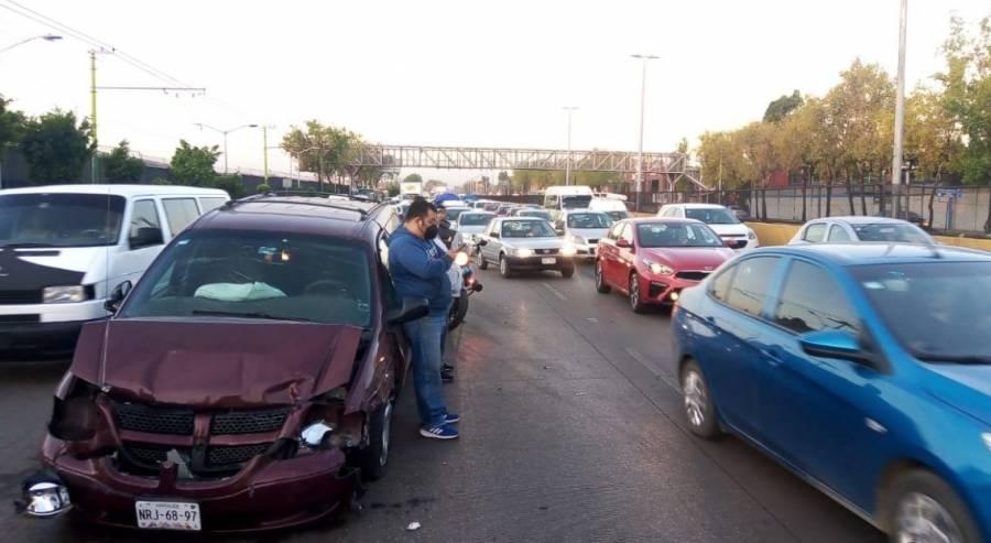 Se registra choque múltiple en Circuito Interior; hay siete vehículos afectados