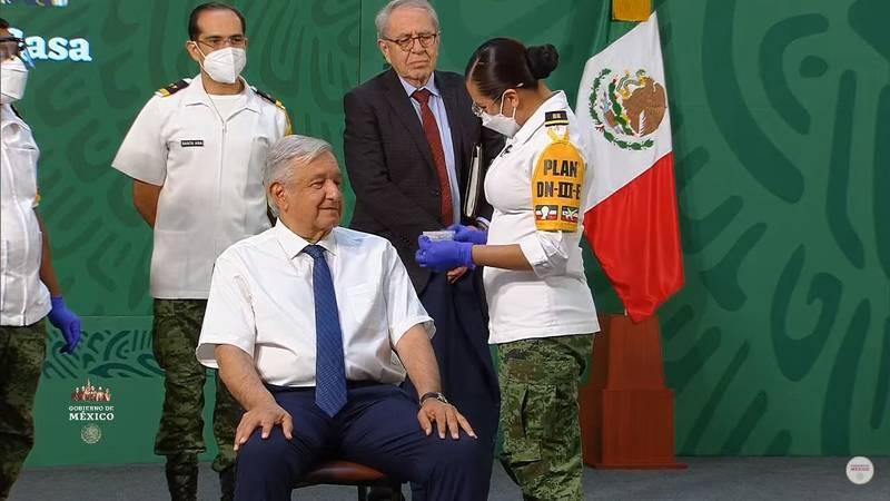 López Obrador recibe vacuna contra Covid-19 en Palacio Nacional