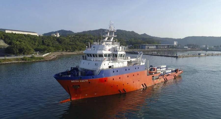 Encuentran restos del submarino desaparecido en Indonesia; llevaba a 53 personas