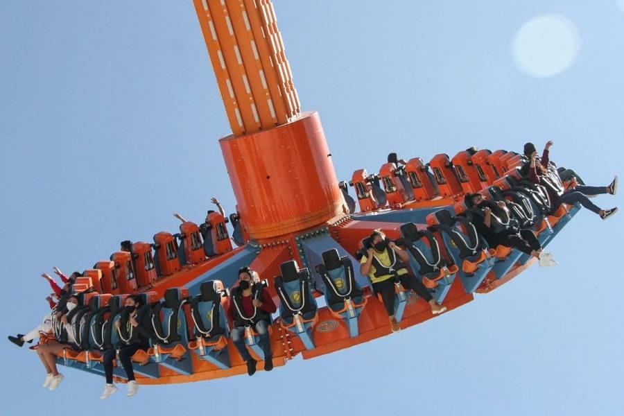 Detienen a jóvenes que intentaron ingresar a Six Flags con una subametralladora