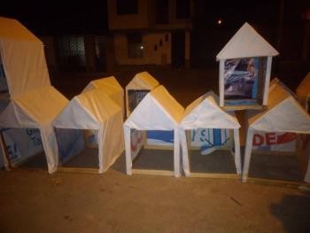En Perú hacen casas para lomitos callejeros con propaganda electoral