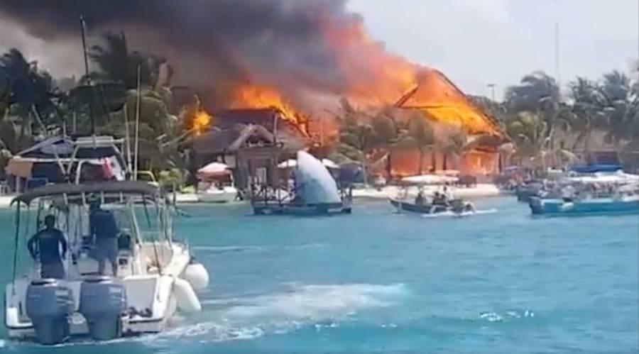 Incendio arrasa una decena de restaurantes en Isla Mujeres