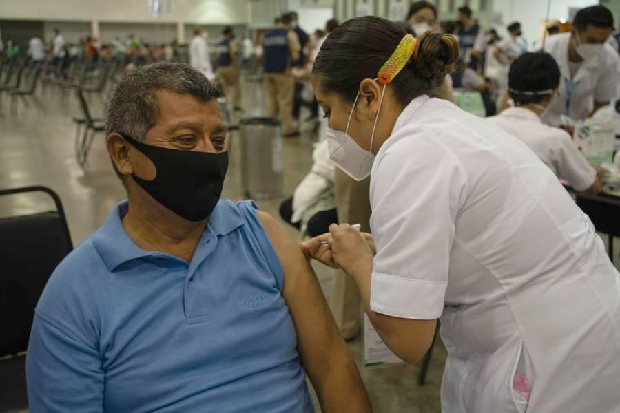 Inicia vacunación de maestros en cinco estados más: SEP