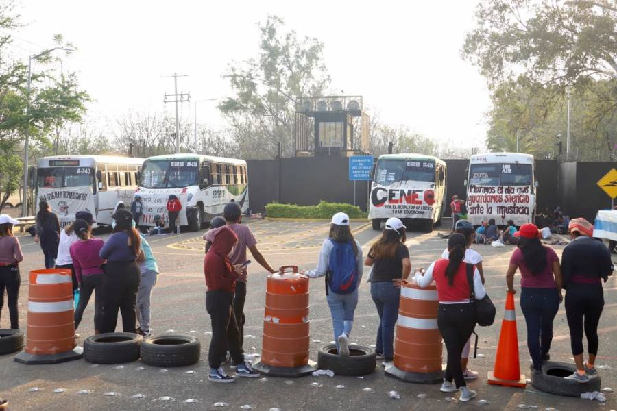 Normalistas liberan aeropuerto en Oaxaca tras cuatro días de bloqueo