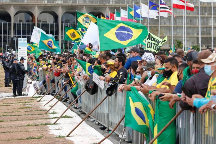 Brasileños participan en manifestaciones pro-Bolsonaro en plena pandemia