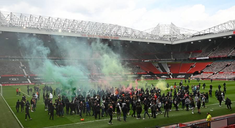 Aficionados ingresan a Old Trafford y se pospone el Manchester United vs Liverpool