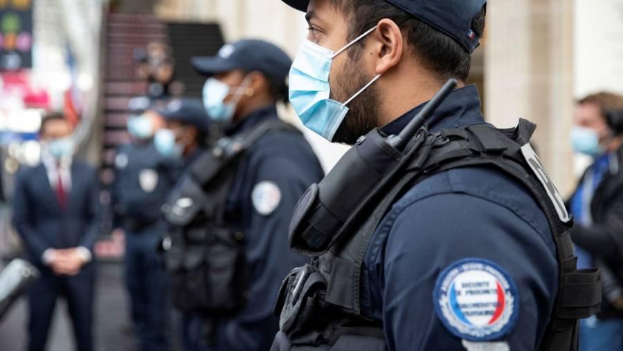 Macrofiesta es interrumpida por policías en Francia