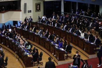 Congreso de El Salvador, destituye a magistrados y al fiscal general