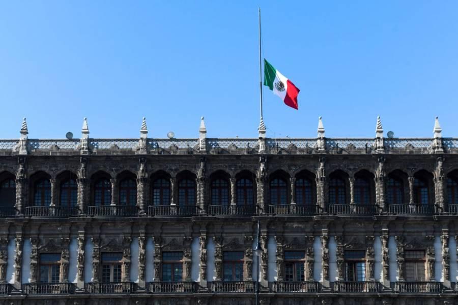 Bandera de México ondea a media asta en la CDMX en señal de luto a las víctimas de la Línea 12