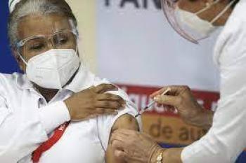 Salud recomienda que personas vacunadas sigan usando cubrebocas en todo momento