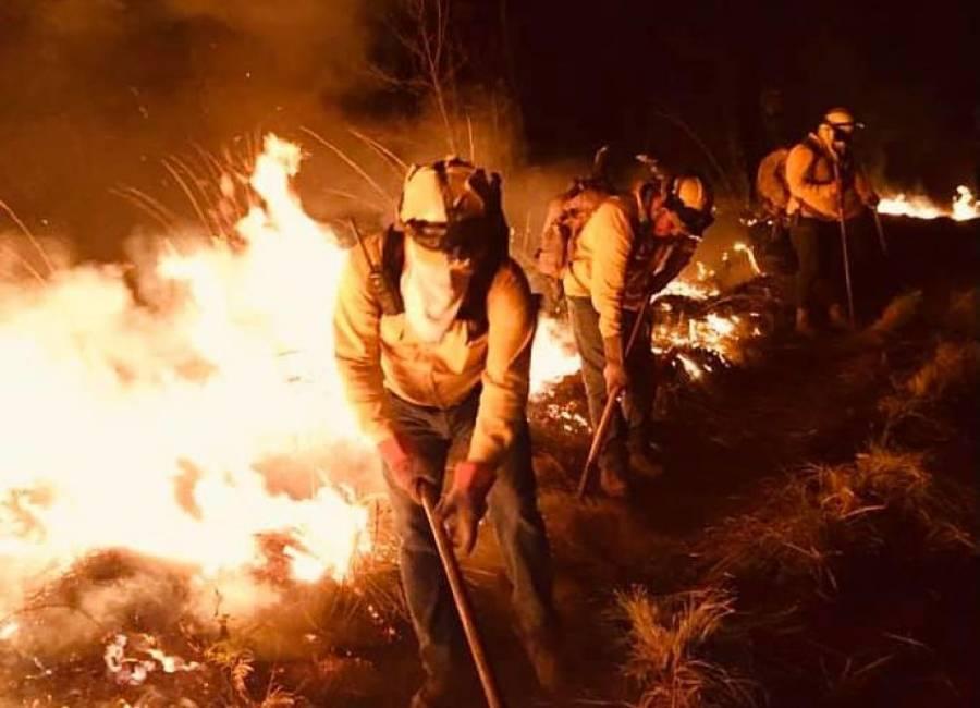 Se registra fuerte incendio forestal en Cerro de la Cruz de Uruapan