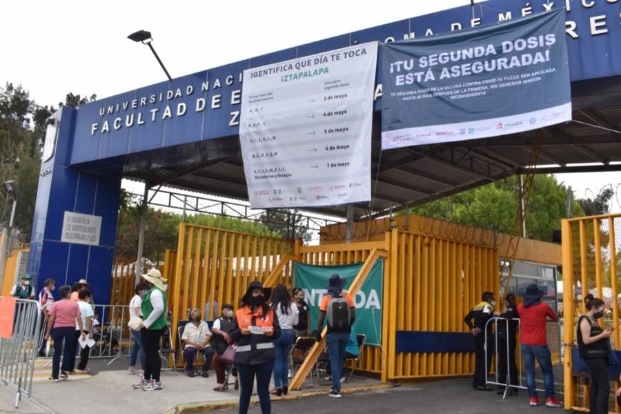 Adultos mayores de Iztapalapa acuden por su segunda dosis contra Covid-19 en la FES Zaragoza