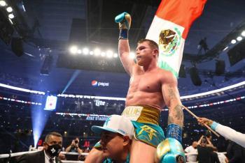 """Canelo"" Álvarez doblega a Billy Joe Saunders y es triple campeón supermediano"