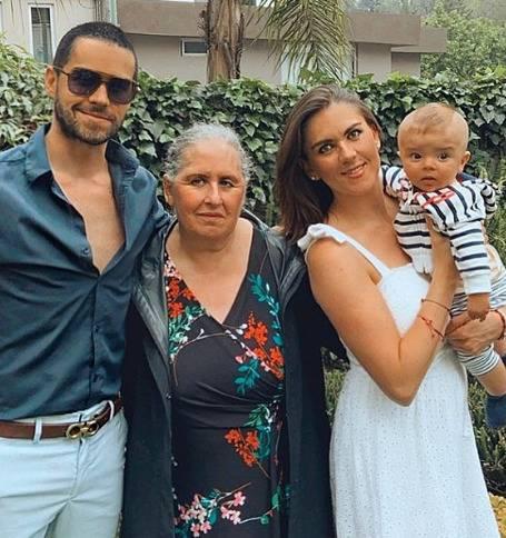 Reaparece Eleazar Gómez felicitando a su mamá