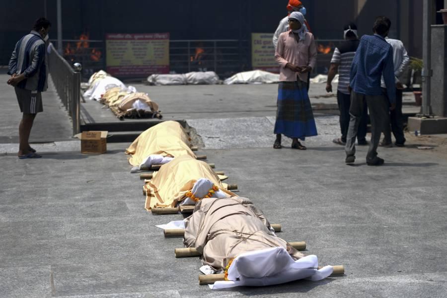 En India tiran cuerpos de personas fallecidas por Covid-19 al río Ganges