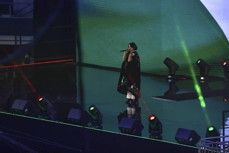 """Por """"errores"""" al cantar el Himno Nacional, Pepe Aguilar defiende a Ángela Aguilar"""