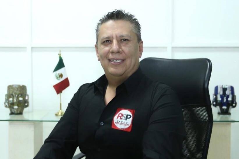 Firma candidato compromisos por Iztapalapa, destacando salud