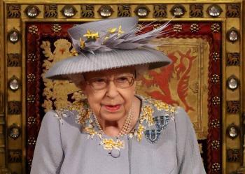 Isabel II reaparece para presentar el programa de