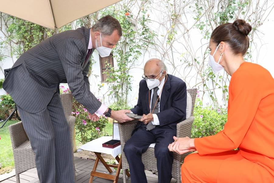 Francisco Brines recibe el Premio Cervantes en un acto íntimo en su casa