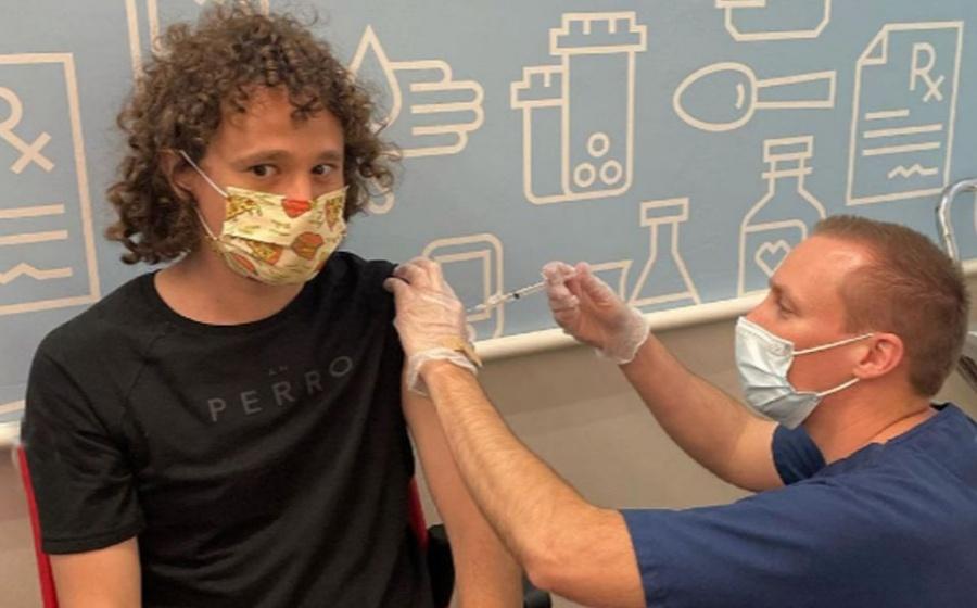 El Influencer Luisito Comunica recibe vacuna anticovid