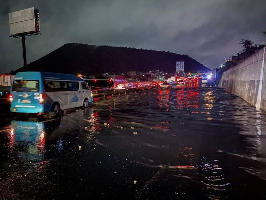 Autopista México-Puebla amanece inundada