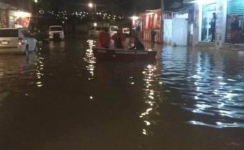 Ixtapaluca amanece bajo el agua; trasladan a personas en lanchas