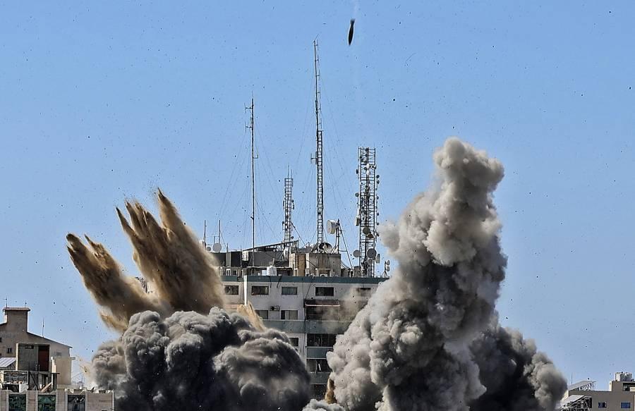 Israel bombardea en Gaza, sede de la agencia AP y Al Jazeera