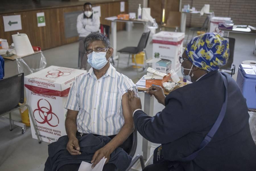 Sudáfrica lanza una campaña masiva de vacunación contra el COVID-19