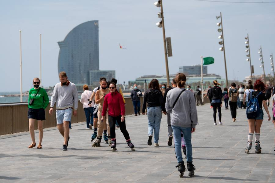 En España se plantea dejar de usar cubrebocas en áreas exteriores