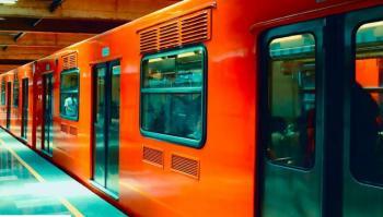 VIDEO: Hombre en presunto estado de ebriedad es rescatado tras caer a vías del Metro