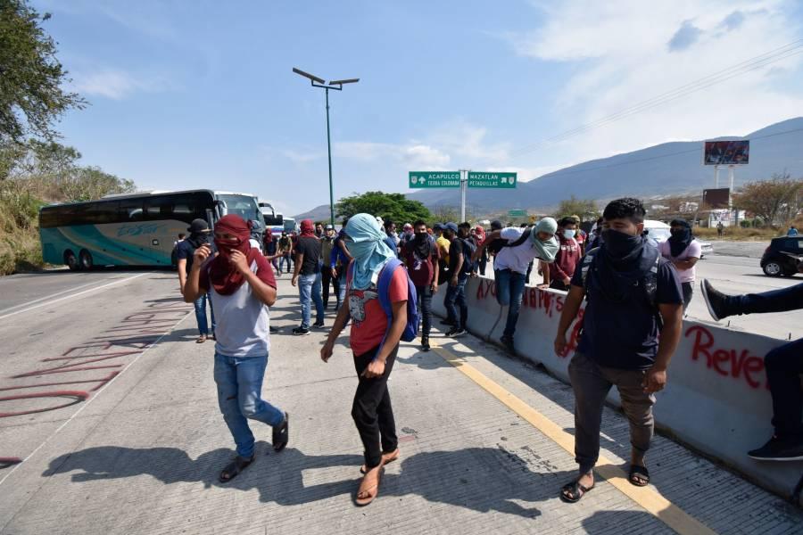 Policías en Chiapas detienen a 95 normalistas tras enfrentamiento