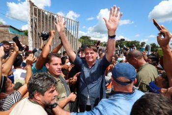 Jair Bolsonaro, multado por promover aglomeración y no usar cubrebocas