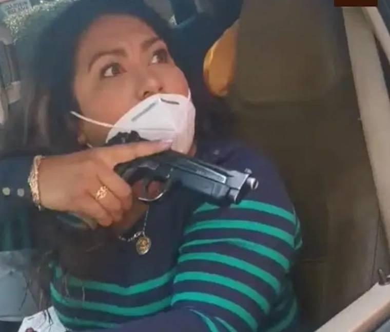 Surge Lady Pistola; presunta policía amenaza con pistola a familiares de detenido
