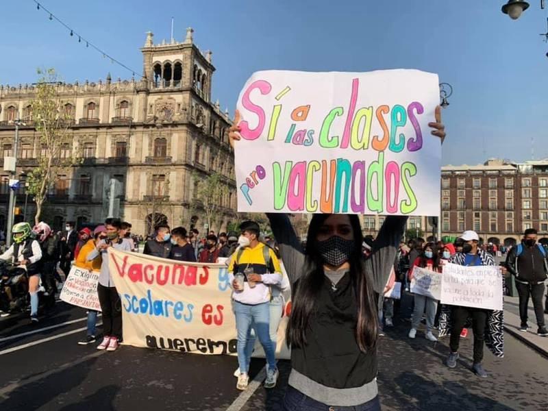 Estudiantes marchan contra el regreso a clases en CDMX