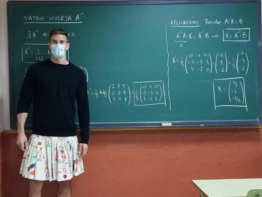 En España, profesores fomentan la diversidad dando clases con falda